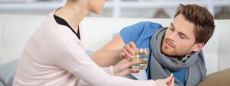 Mann nimmt Medikamente gegen akute Prostataentzündung, um eine chronisch bakterielle Prostatitis zu verhindern.