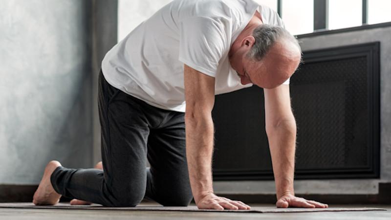 Beckenbodenübungen: Mann stellt sich in den Vierfüßlerstand.