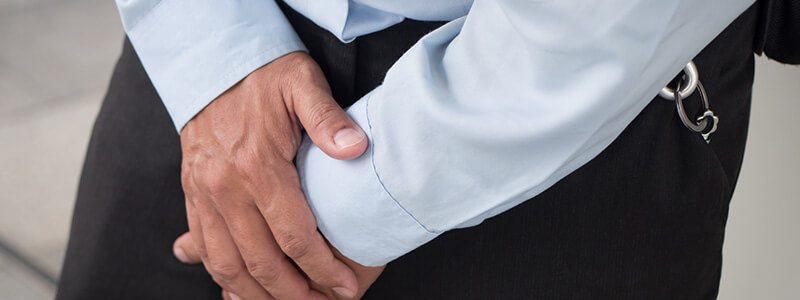 Abakterielle Prostatitis/chronisches Beckenschmerzsyndrom (CPPS): Mann hält sich die Hände vor den schmerzenden Unterleib
