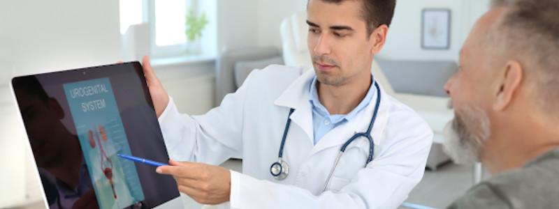 Digital-rektale Untersuchung: Arzt klärt seinen Patienten auf.