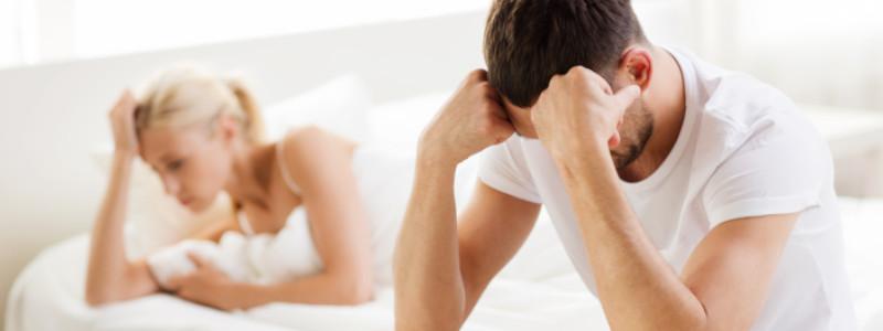 Erektionsstörung beim Mann: Pärchen im Bett ist frustriert.