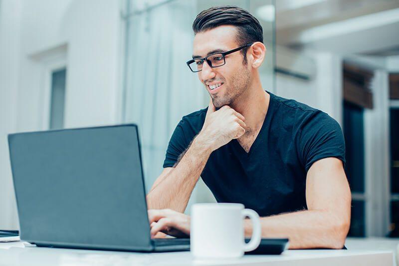 Mann macht am PC den Prostata-Test