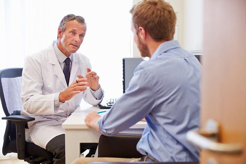 Mann informiert sich beim Arzt über Prostataentzündung