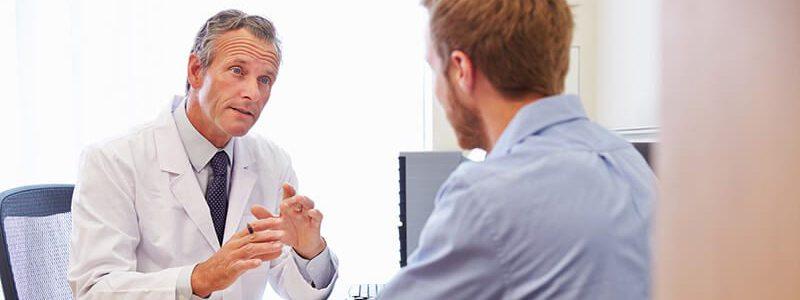 Prostataentzündung: Mann informiert sich beim Arzt über mögliche Prostatitis-Ursachen