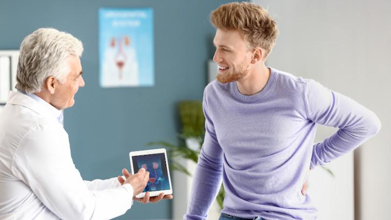 Arzt klärt Mann über die Funktion und Anatomie der Prostata auf.