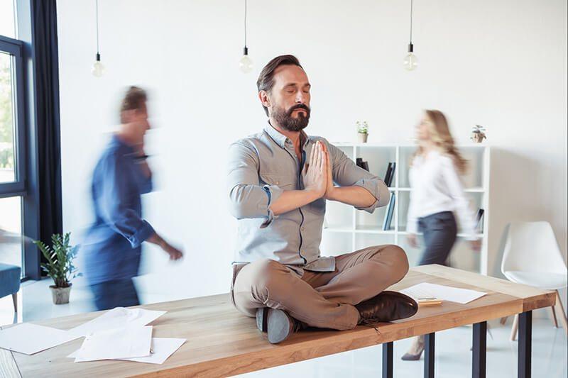 Mann bleibt entspannt: Es gibt einen Zusammenhang zwischen Stress und Prostatitis