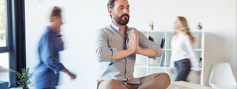 Mann entspannt Körper & Psyche: Es gibt einen Zusammenhang zwischen Stress und Prostatitis