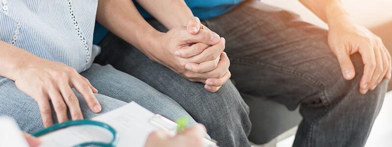 Ärztin klärt Paar mit Kinderwunsch über den Zusammenhang zwischen einer Prostatitis und der Zeugungsfähigkeit auf.