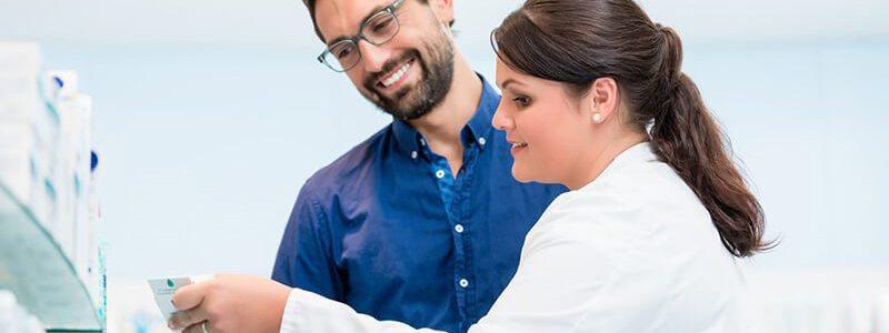 Prosturol® Zäpfchen: Apothekerin klärt Mann zu Anwendung und Nebenwirkungen auf