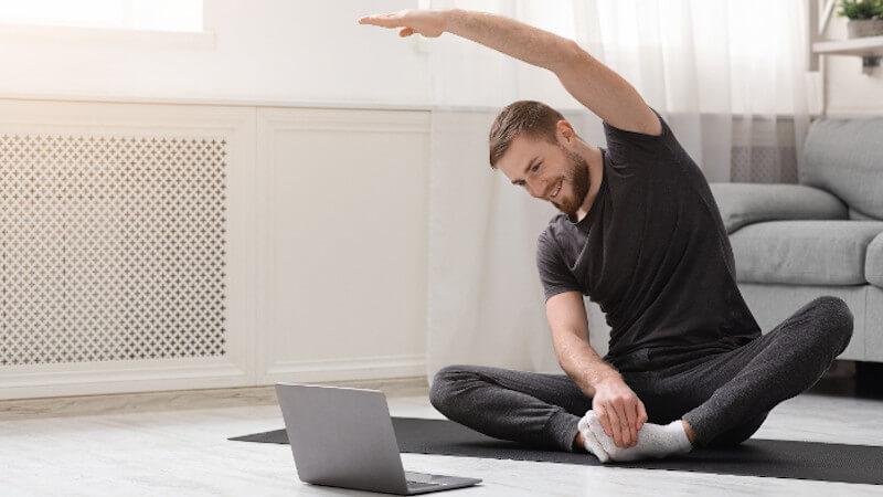 Beckenbodenschmerzen: Mann macht Yoga als Entspannungsübung.