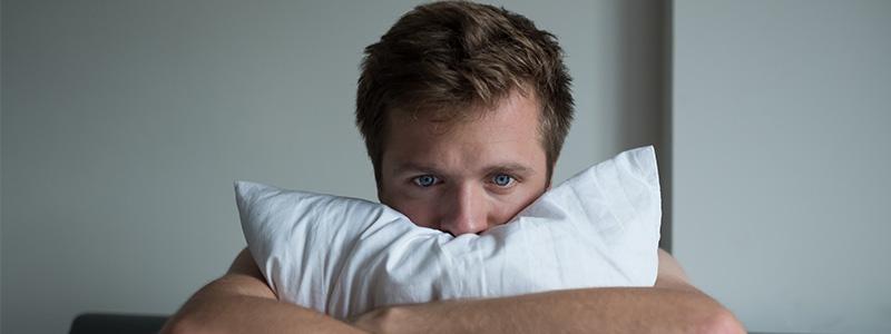 Mann ist verzweifelt, weil er unter Schmerzen beim Samenerguss leidet.
