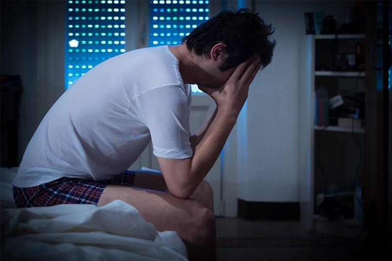 Mann mit Prostataentzündung hat Probleme mit der Sexualität.