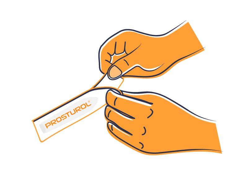 Mann holt Prosturol® Zäpfchen vorsichtig aus der Verpackung.