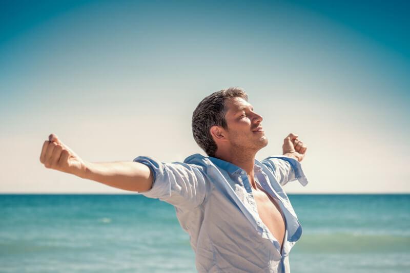 Beckenbodenübung: Mann atmet tief ein.