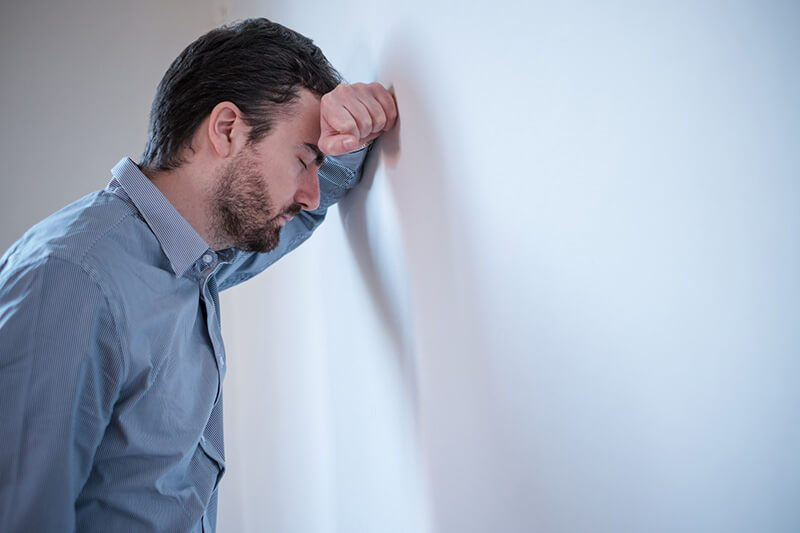 Prostatitis-Symptome: Mann mit Prostataentzündung ist ausgebrannt und erschöpft
