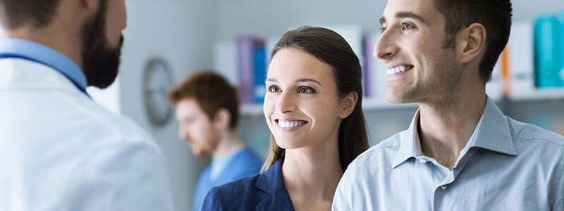 Arzt klärt Ehepaar über die Prostatitis-Therapie auf.