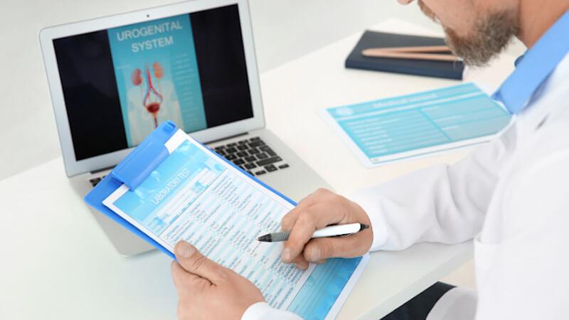 Was beim Urologen passiert: Durchführung eines Fragebogens.